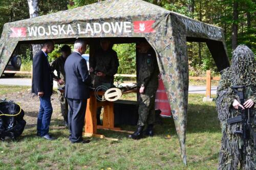 Zdjęcie przedstawia ludzi na obchodach związanych z rocznicą pacyfikacji wsi Osówek przez Niemców w 1942 roku.