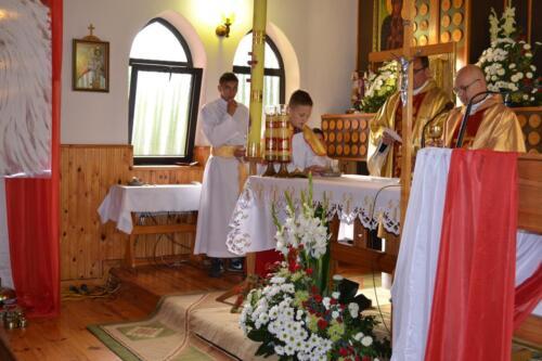 Zdjęcie przedstawia księży w kościele odprawiających mszę świętą na obchodach związanych z rocznicą pacyfikacji wsi Osówek przez Niemców w 1942 roku.