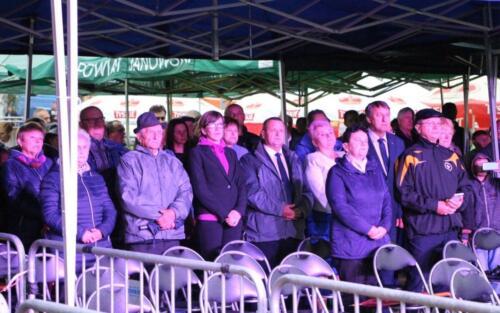 Zdjęcie przedstawia grupę ludzi oglądających wystąpienie