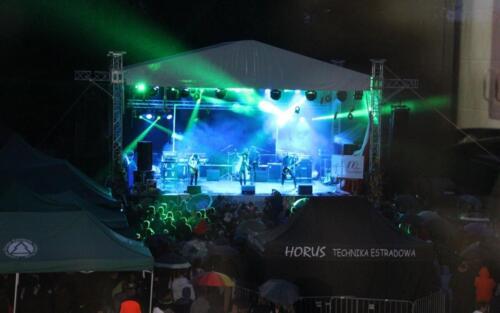 Zdjęcie przedstawia koncert grupy muzycznej